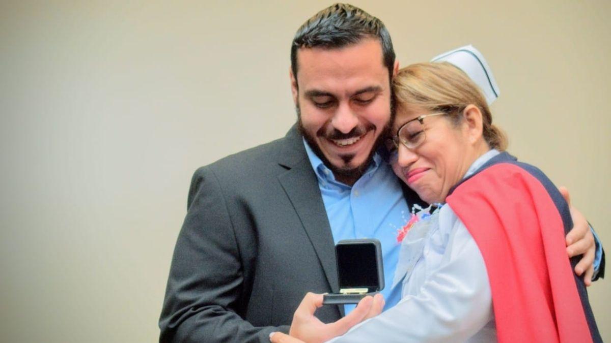 Francisco Alabí entrega reconocimiento a enfermeras