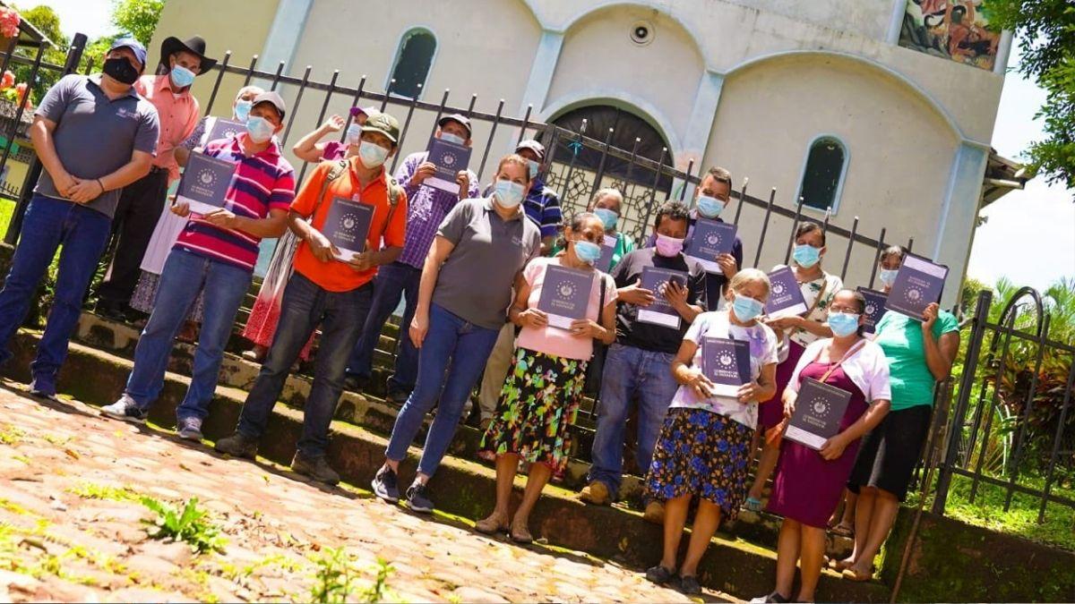 Gobierno entrega certificados de contribuciones a familias victimas de la masacre de El Mozote, en Morazán