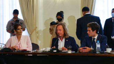 Empresarios traídos por Embajadora Mayorga presentan a Gobierno su guía de inversiones para El Salvador