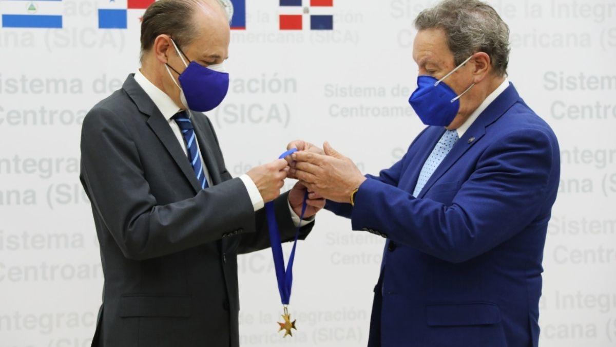 Embajador recibe conderacion por parte del SICA