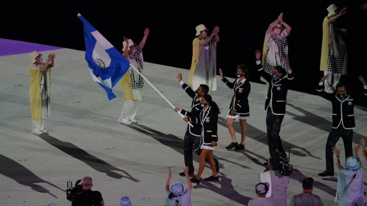 El Salvador desfila en inauguración de los Juegos Olímpicos Tokio 2021