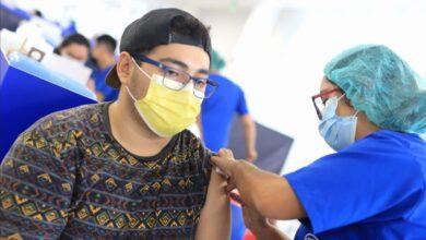 Jóvenes mayores de 25 años se vacunan contra el Covid-19