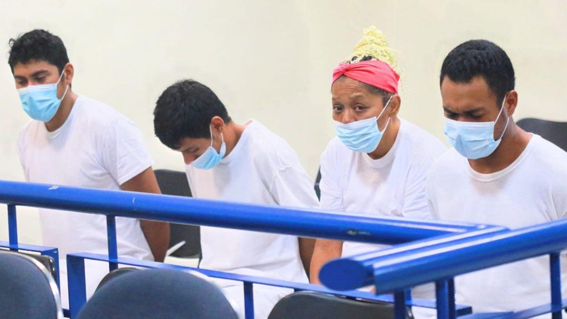 Los cinco supuestos pandilleros acusados de privar de libertad y luego asesinar a Edwin Ezequiel Ayala, conocido como el payaso Chirolito fueron enviados a prisión mientras continúan las investigaciones, así lo decidió el Juzgado de Instrucción B de San Salvador.
