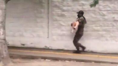 Soldado carga en sus brazos a joven que se desmayo en la calle, el video se viralizo