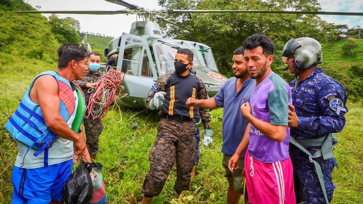 4 personas que se encontraban atrapadas en medio del río Lempa fueron rescatadas en helicóptero